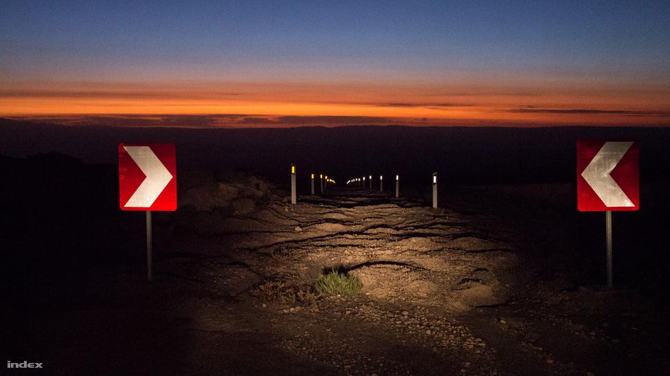 Egy kis segítség, hogy az éjszakai autózás ne legyen életveszélyes: a chilei kormány a nagy szintkülönbségek miatt kifutókat építtetett a kanyarok mentén. Argentínából nagy teherforgalom halad át a sivatagon, a 4500 méterről lefelé jövő kamionokat egy hosszú szakaszon pár száz méterenként ilyen jól jelölt kifutók fogadják, amik egyrészt jelzik az utat, másrészt megfoghatják a gépeket, ha esetleg elszabadulnának. Valahogy így.