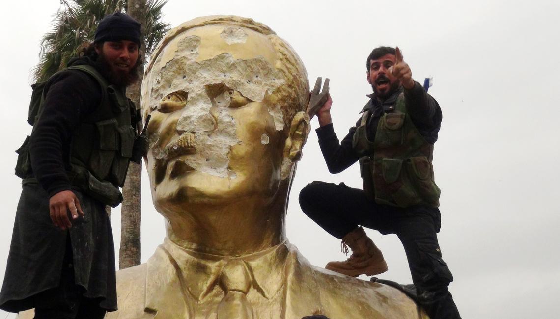 Háfez al-Aszad szobrát rongálják felkelők Idlibben