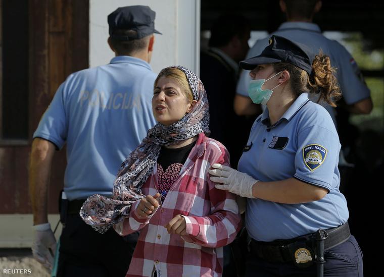 Horvát rendőrnő segít egy menekültnek Tovarniknál