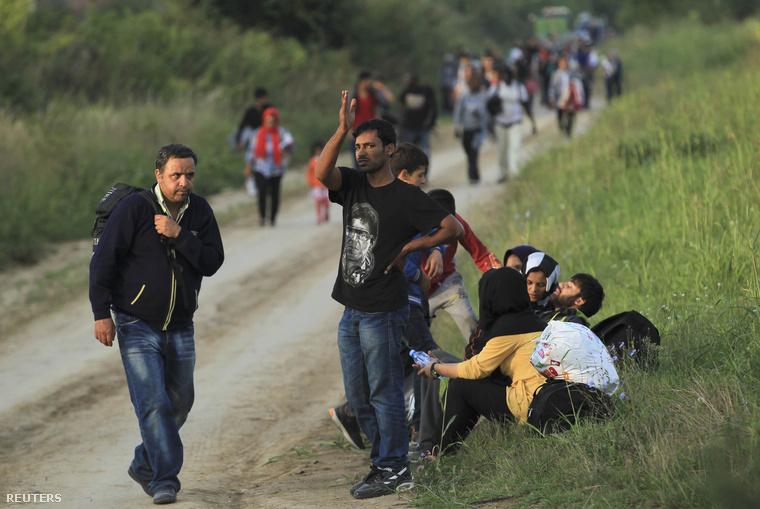 Menekültek csoportja a horvát határ közelében Sidnél