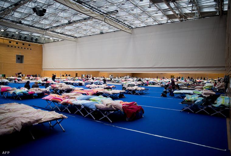Menekültszállóvá alakított csarnok a berlini Olimpiai Parkban