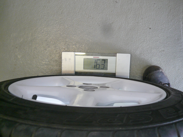Egy súlyban van a gyárival, bár a gumiról egyelőre nem tudjuk, mennyit torzít a mérésen