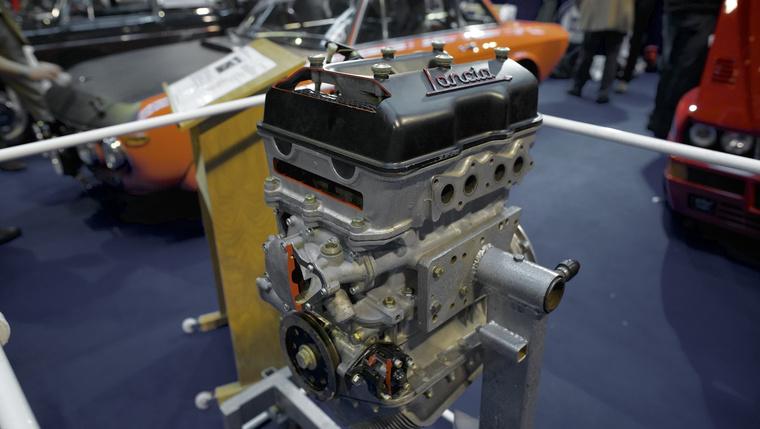 A Fulvia HF Rallye 1.3 litere motorja is ilyen volt, a karteren jól látszik, mennyire megdöntve szerelték a motortérbe (beszerelve a karter természetesen vízszintesen áll)