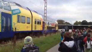 Eléggé üvöltöttek az iskolások, amikor vonat zúzta szét a buszukat