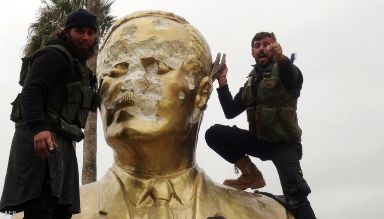 Dzsihadisták Asszad szobrával