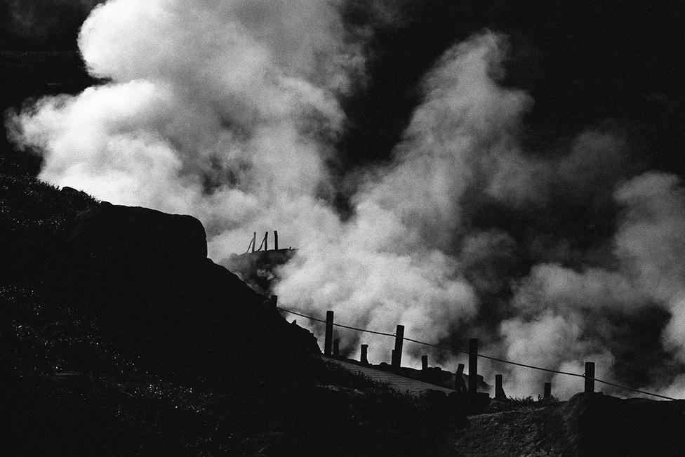 A Tamagava-források környéke vulkánilag ma is nagyon aktív, a kopár sziklák és az állandó gőz- és párafelhők, a vulkáni füst miatt ijeszőt képet nyújt a környezet, inkább hasonlít egy kibelezett bányához, mint egy gyógyulást ígérő tájhoz. Cutomu fekete-fehér képei is olykor ördögi, földöntúli világot idéznek meg.