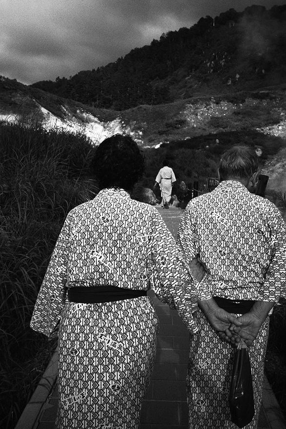 """A fotós három éve kezdte járni a völgyet, a hely ellentmondásosságát próbálta megragadni. """"Azt éreztem, hogy ebben a völgyben igazán jól megragadható a japán a szemlélet életről és halálról."""""""