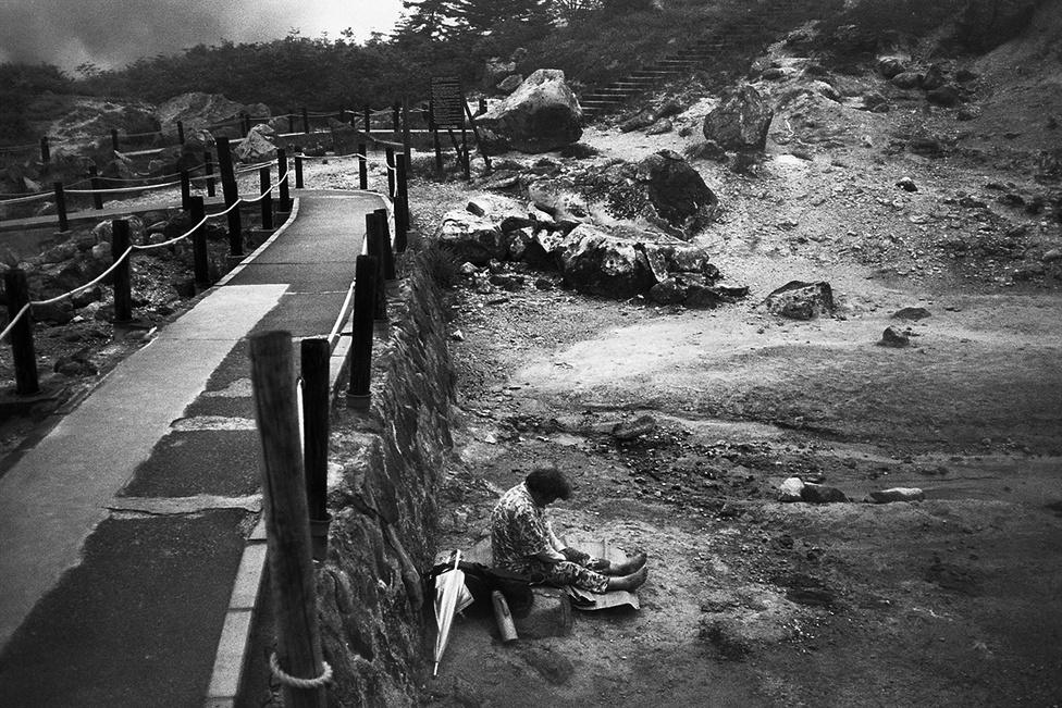 A Tamagava-források Honsú szigetén, Akita prekfetúrában a magas hegyek között törnek fel. A források vize nagyon savas, 1,2-es pH-ja, de a gyógyulást a rádiumtartalmú, sugárzó kövektől is várják a betegek. Órákat üldögélnek vagy fekszenek a sziklákon és köveken. Japában ez az a forrás, ahol szinte nem találni olyan vendéget, aki kikapcsolódni érkezett volna. Itt mindenki a gyógyulást reméli. A betegek általában két-három hetet töltenek el itt, de van, aki két hónapig is marad.