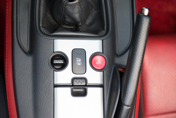 Biztos vicces lenne az ergonómiai indoklás, de tényleg csak ilyen hibákat találni az autóban