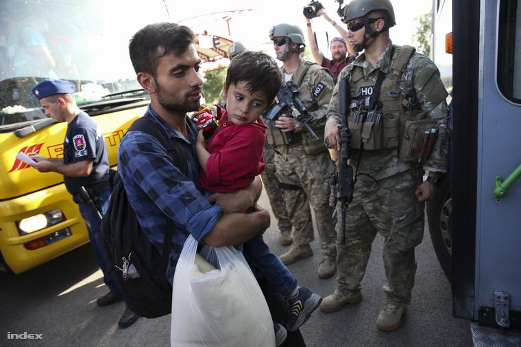 Az eredeti terv szerint Siklósra készültek szállítani a menekülteket, de egy rendőri beszélgetésből az derült ki, hogy Vámosszabadi a végállomás.