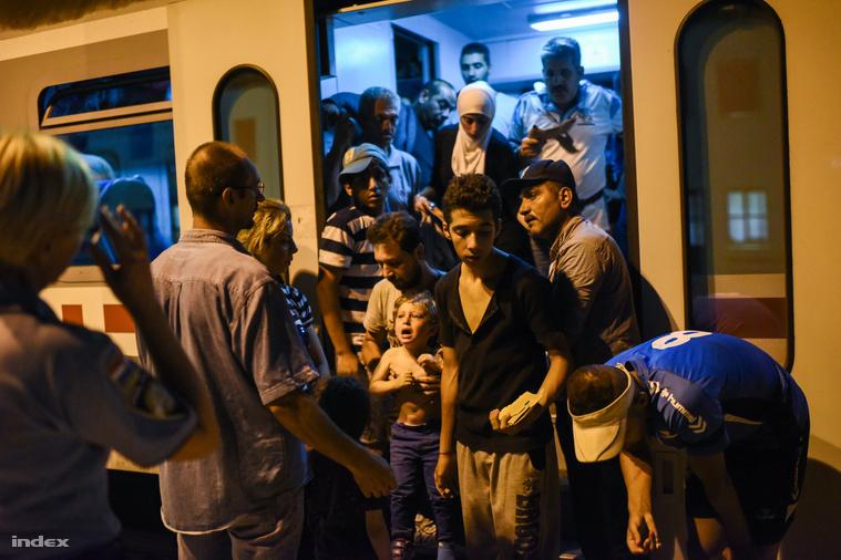 Tíz perccel éjfél előtt begurult  pélmonostori vasútállomásra egy kilenc kocsiból álló vonatszerelvény, tele menekültekkel.