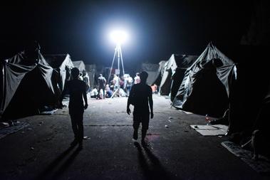 Pélmonostoron a régi laktanya terülten egy nap alatt alakítottak ki a menekültek befogadására alkalmas tábort, ami az este folyamán megtelt a szerb–horvát határról odaszállított, körülbelül 1500 menekülttel. A kis településre annyian érkeztek, hogy még a laktanyán kívül is menekültek sátraznak vagy fekszenek a fűben mindenhol.