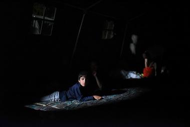 A pélmonostori tábor egy elég nagy részén teljesen sötét volt, látszik, hogy nagyon hirtelen húzták fel az egészet. A táborba szállított menekültek nagy része úgy döntött, a táborban marad, és csak reggel indul el Szlovénia felé.