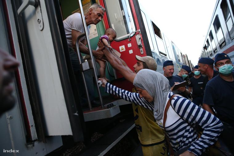 Magyarbólyon horvát vonatokról magyar vonatokra szállították át a menekülteket, rendőri biztosítás mellett.