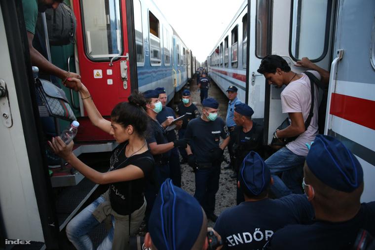Péntek este 830 menekültet hozott 40 horvát rendőr Magyarbólyra (A kapcsolódó videót a képre kattintva nézhetik meg)