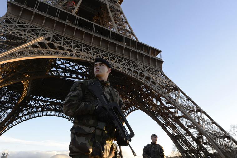 Katonák őrködnek az Eiffel toronynál a Charlie Hebdo elleni terrortámadás után.