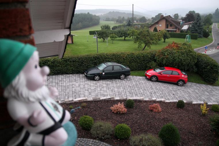 Az éjjel megérkezett még valaki egy piros Civikkel a már itt lakó francia, BMW Z3M Coupé-s srác mellé