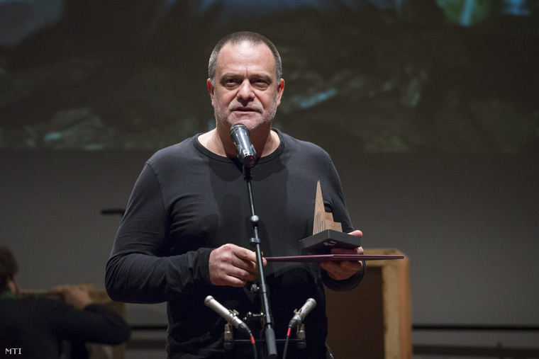 Mohácsi János, miután átvette a legjobb előadásért járó Színikritikusok Díját