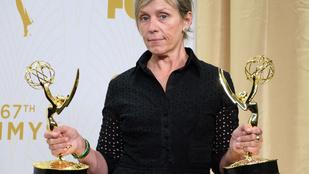 Igen, van, nő, aki smink nélkül ment az Emmyre