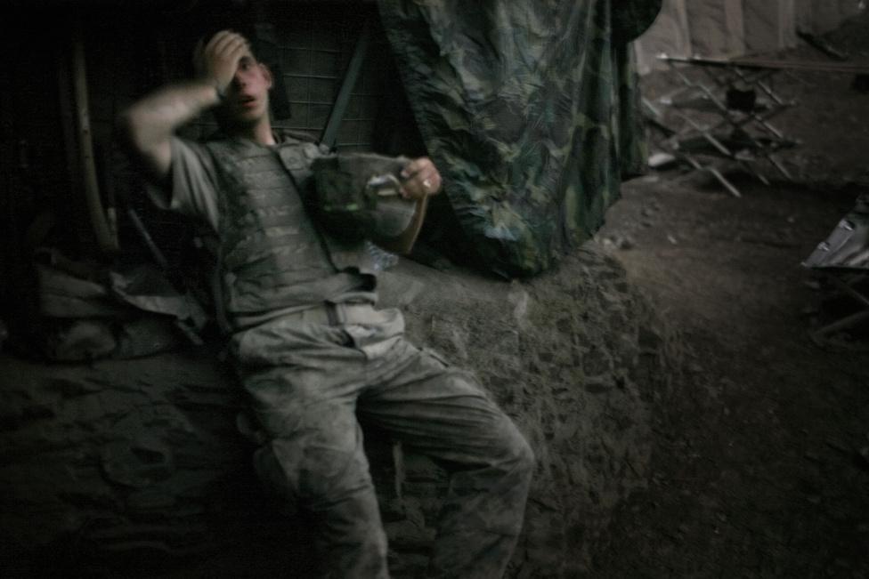 2008. Brandon Olson az amerikai 503-as gyalogezred második zászlóaljának katonája a nap végén megpihen a Restrepo-bunkerban.A Korengal-völgy volt az iszlámellenes amerikai harcok epicentruma, a legvéresebb harcok színtere. Tim Hetherington nyerte az év fotója díjat, akit később Oscar-díjra is jelöltek az amerikai katonák mindennapjait feldolgozó Restrepo című dokumentumfilmjéért. 2011-ben fiatalon érte a halál. 40 éves volt, amikor aknagránát-találat érte a fedezéküket Tripoliban, ahol az arab tavaszról tudósított a Vanity Fairnek.Halála után egy fiatal fotósokat támogató alapítványt nevezett el róla, és a támadásban vele együtt elhunyt Chris Hondrosról a World Press Photo.