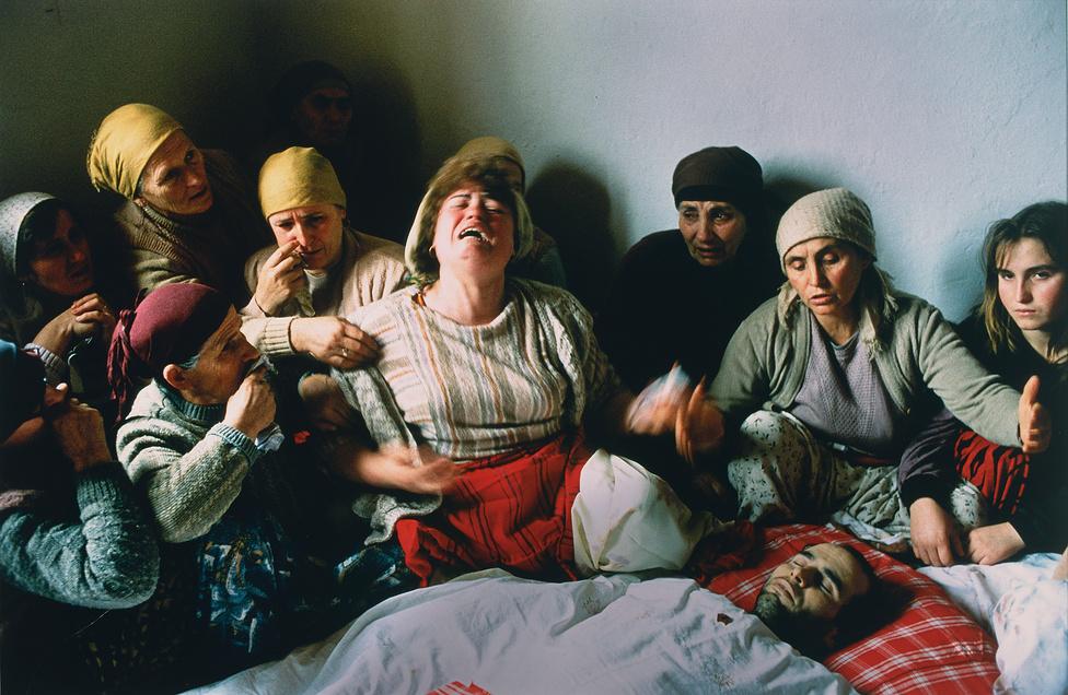 1991. Családtagok és szomszédok gyászolják Nasimi Elshanit, aki egy kormányellenes tüntetésen halt meg.A fiú azért vonult utcára, mert a jugoszláv kormány eltörölte Koszovó autonómiáját. Koszovó 1974 óta volt autonóm tartomány a jugoszláviai Szerbián belül. 1990 januárjának végén összecsaptak a fegyvertelen albánok és a szerb fegyveres erők, miután '89-ben Milosevics korlátozni kezdte a koszovói autonómiát. Ez az esemény volt az 1998-1999-es koszovói háború nyitánya.A kilencvenes évek elején a nagyvilág számára is láthatóvá vált, milyen hatást gyakorolt a kommunizmus a hétköznapi életre Kelet-Európában és a Balkánon. A riportok és a fotók bemutatták a nagy szegénységet és a súlyosan szennyezett környezetet, ahol az emberek egészségtelen, gyakran életveszélyes körülmények közt éltek. Az egész világot megrendítették a nyomorúságos romániai árvaházakban éhező, AIDS-ben haldokló gyerekekről készült fotók, amik a évtized első éveinek hangulatát meghatározták.