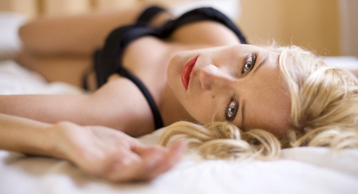 stockfresh 334573 sexy-blond-girl-on-the-bed sizeM