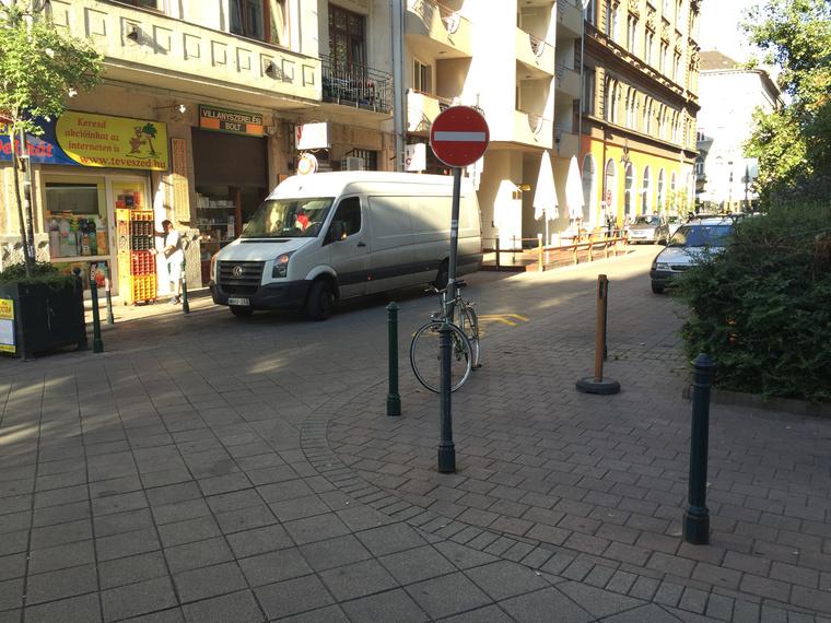 Nézze csak, ott a felfestés a Tompa utca - Angyal utca kereszteződésében!