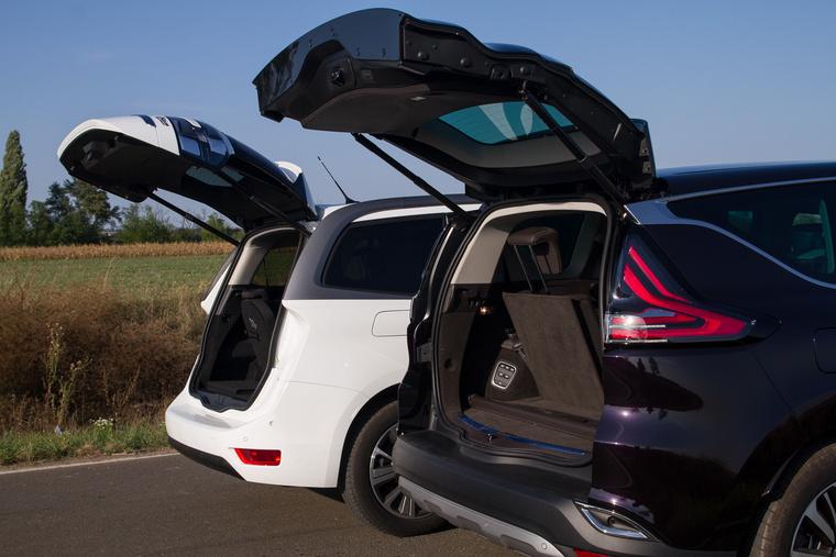 Hétszemélyes üzemmódban gyakorlatilag megszűnik a csomagtartó, mindkettőben - de a Renault-ban kevésbé