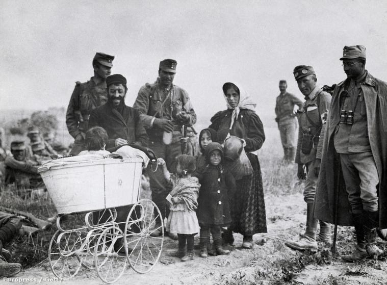 Galíciai zsidó menekültek és az őket kísérő KuKK katonák 1915-ben