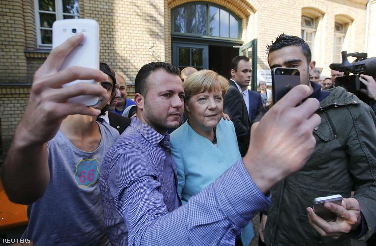 A menekültekkel szelfiző német kancellár szeptember 10-én