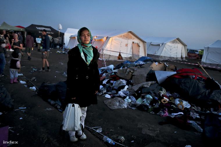 Menekült lány Röszkén, szeptember 12-én