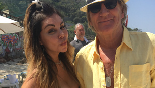 Egy nő kilógó mellbimbóval pózolt Rod Stewarttal