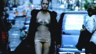 Angelina Jolie 18 évvel ezelőtt lépdelt a Rolling Stones klipjében