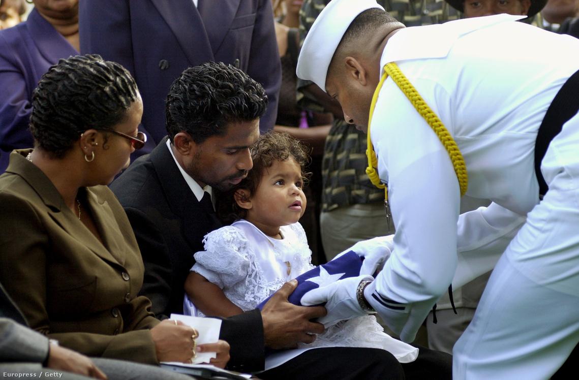 A 18 hónapos Preshilla Caprice Kumar kapja meg a koporsót takaró zászlót édesanyja temetésén. Lakiba Nicole Palmer volt az amerikai haditengerészet első női halottja, mióta nők is szolgálhatnak hadihajókon (1999.)