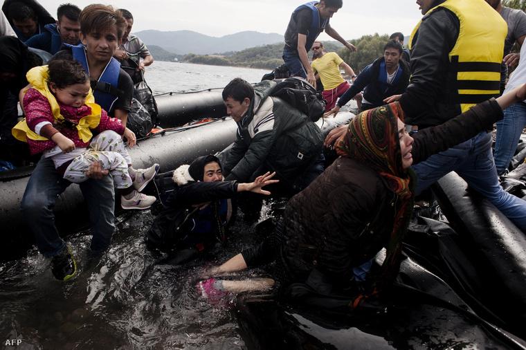 Szerda reggel partot ért menekültek Görögországban