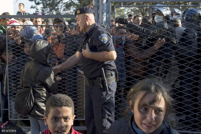 Menekültek várakoznak a horvát-szerb határon egy regisztrációs pont előtt
