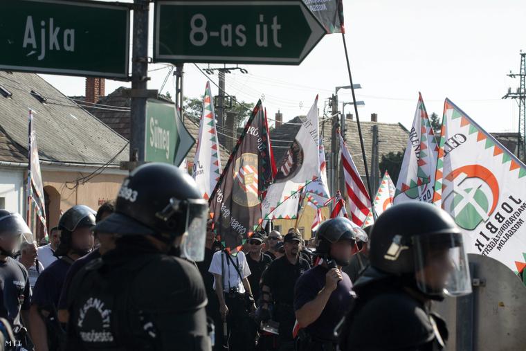 Demonstrálók vonulnak fel az Élni és élni hagyni - demonstráció a jogos magyar önvédelemért elnevezésű megmozduláson Devecserben 2012. augusztus 5-én.
