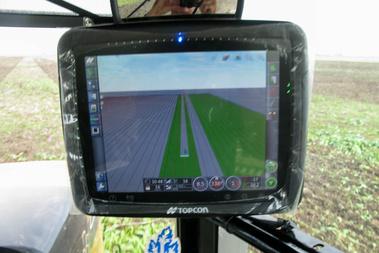 Kicsit azért berázódott a Topcon GPS-rendszer képernyőjének fotója...