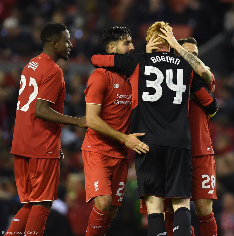 A Liverpool játékosai Bogdán Ádámmal ünnepelnek