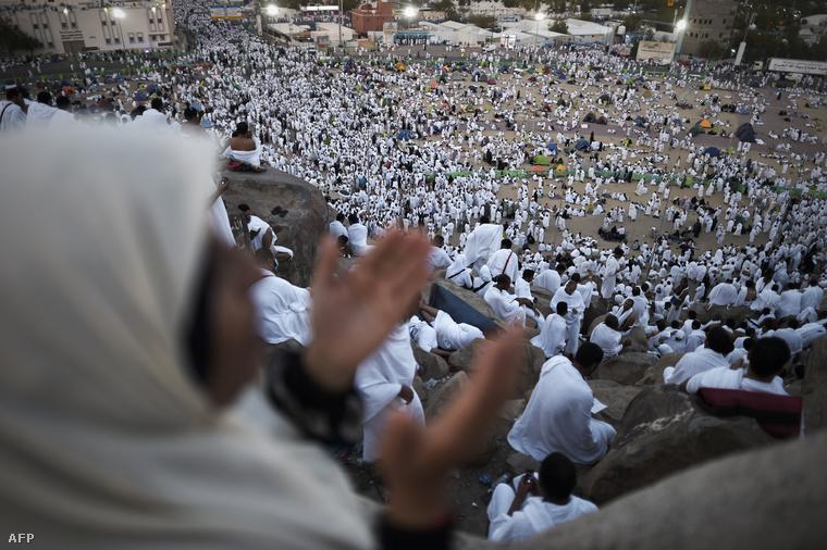 Muszlim zarándokok Arafat hegyén