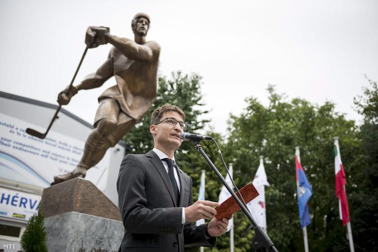 Cser-Palkovics András Székesfehérvár polgármestere beszédet mond ifj. Ocskay Gábor egész alakos szobrának avatásán a székesfehérvári Fehérvár AV19 csarnok előtt 2015. szeptember 5-én.