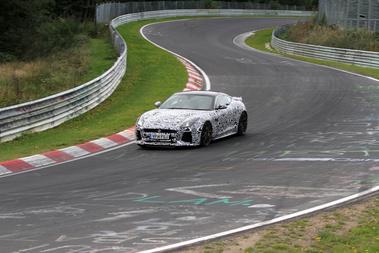 A Jaguar nagy erőkkel képviselte magát a tesztnapon, hiszen nem csak az F-Type GT3-as versenyautó-alapját tesztelték itt, hanem ugyanezen típus R-kivitelét is. Ez itt a GT3, jól látszik a fix szárny és a kicsit más levegőbeömlők