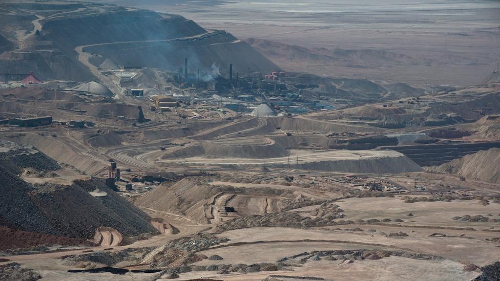 A Chuquicamata rézbánya. A réz mellett lítiumot, aranyat, ezüstöt és molibdént is nagyobb mennyiségben bányásznak a chilei bányákban, olykor komolyan áthágva a biztonsági szabályokat a nagyobb termelékenység érdekében. Ilyen hibákat derített fel az a vizsgálat is, amely a 2010-es copiapói bányaszerencsétlenség okait próbálta felderíteni. A szintén a sivatag chilei részén található Copiapó városka melletti bányaomlás hetekig lázban tartotta a médiát: az augusztus 5-én történt omlás következtében 33 bányász a mélyben rekedt, és csak 69 nap után, október 13-án sikerült kiszabadítani őket.
