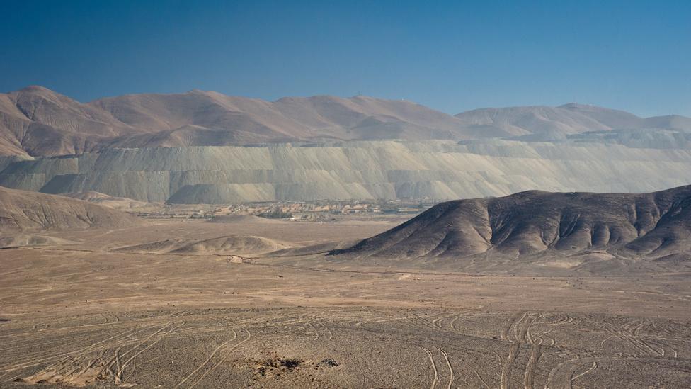 A sivatag az egyik legkevésbé lakott hely a Földön, a néptelen tájon mégis gyakran lehet emberi kéz és gépek nyomát felfedezni. Ennek oka az, hogy az Atacama nagyon gazdag rézben és más ásványi nyersanyagokban (a XX. század elejéig a legnagyobb természetes nátrium-nitrát-lelőhely volt). Mivel a sivatag négy ország - Chile, Bolívia, Peru, Argentína - határain húzódik, volt is már ebből fegyveres konfliktus. Chile és Bolívia az 1870-es években addig vitatkozott azon, hogy kinek mekkora sivatag jut, míg 1879-ben sikeresen kirobbantották a Csendes-óceáni háborút, amibe Peru is beszállt Bolívia oldalán. A háború Chile győzelmével ért véget 1883-ban, mindkét vesztes országtól jelentős területeket nyert.