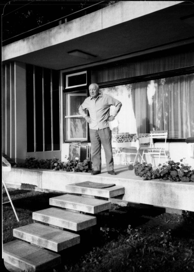 Kádár a Balatonon. Ez a Politikatörténeti Intézetben őrzött, ritka fotó sajnos nem a IV-es villa előtt készült, hanem a jellegzetesen kiugró lépcsős, kétszintes V-ös villa teraszán (Aczél azonban nem itt, hanem a V/a-ban lakott)