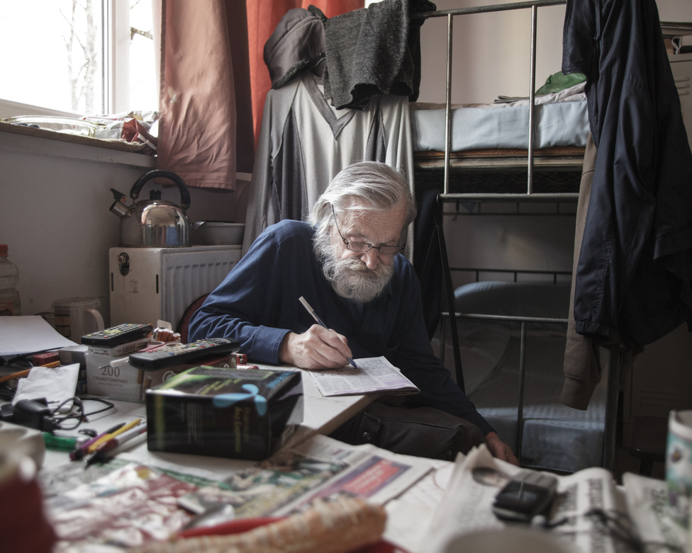 Angyalföldön, a Madridi utcában található a Magyar Vöröskereszt által működtetett Reintegrációs Központ, ahol a szállóra felvételt nyert hajléktalanoknak szállást, ellátást és továbbképzéseket kínálnak, esélyt kapnak az újrakezdésre. Az utcán eltöltött évek okozta reménytelenség és kiábrándultság után azonban a Központ legtöbb lakójának továbbra sem sikerül állandó munkahelyet és albérletet találnia, és a szállón maradnak évekig, vagy az utcára kerülnek vissza.