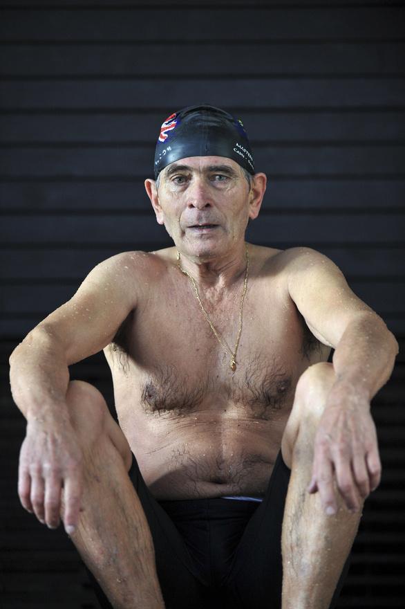 Magyarországon a szenior úszóversenyeken bárki indulhat, aki betöltötte a 25. évét, de a versenyzők jellemzően sokkal idősebbek. Ők azt bizonyítják be, hogy nem csak fiatalon, hanem idősebb korban is lehet tenni az egészség megőrzéséért. Az úszók a versenyek után fiatalabbnak érzik magukat, jobb a közérzetük, elfelejtik gondjaikat. Büszkék a jóleső fáradtságra, és nem zavarja őket semmi. Darnay Katalin közvetlenül a versenyek után fotózta a szenior úszókat a budapesti Kondorosi úti uszodában.
