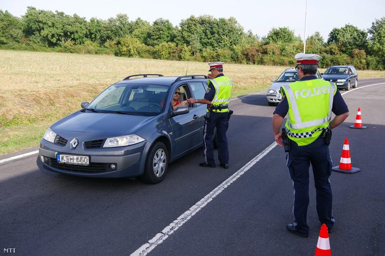 Osztrák rendőrök ellenőrzik az Ausztriába érkező személy- és teherforgalmat a magyar-osztrák határnál a Bucsu-Csajta határátkelőnél 2015.