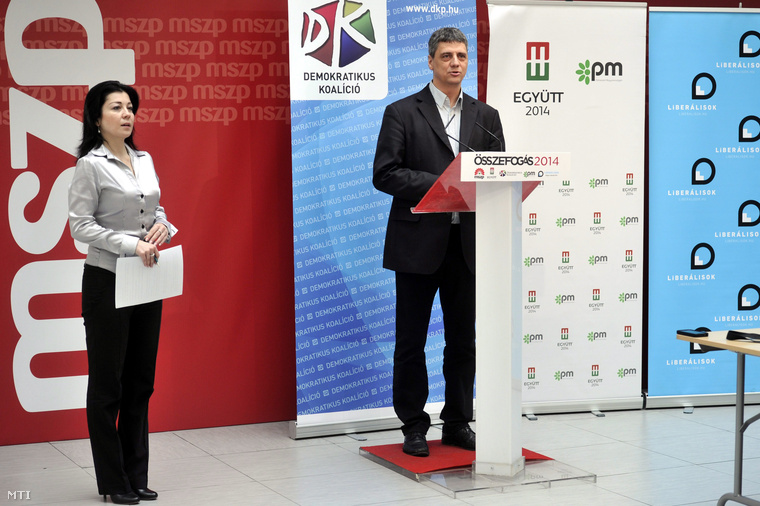 Budai Bernadett, a Magyar Szocialista Párt (MSZP) szóvivője és Gréczy Zsolt, a Demokratikus Koalíció (DK) szóvivője sajtótájékoztatót tart az MSZP Jókai utcai székházában 2014. február 12-én.